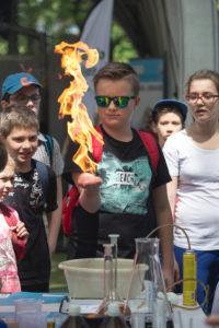 chłopak z ogniem na ręce - doświadczenie chemiczne